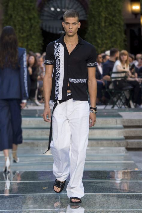 VERSACE SPRING SUMMER 2018 MEN'S COLLECTION | The Skinny Beep